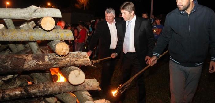 Vo Svidníku sa zapálením vatry spomínalo na SNP